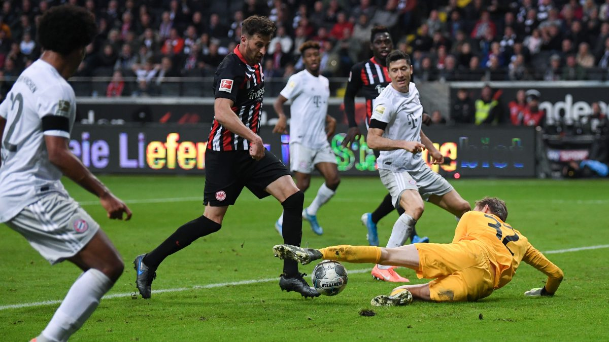 FRANKFURT AM MAIN, GERMANY - NOVEMBER 02: Robert Lewandowski of Muenchen tries to score past David Abraham and goalkeeper Frederik Ronnow of Frankfurt during the Bundesliga match between Eintracht Frankfurt and FC Bayern Muenchen at Commerzbank-Arena on November 02, 2019 in Frankfurt am Main, Germany. (Photo by Alex Grimm/Bongarts/Getty Images)